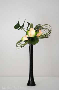 Resultado de imagem para rhythm and gold floral art Contemporary Flower Arrangements, White Flower Arrangements, Ikebana Flower Arrangement, Ikebana Arrangements, Flower Vases, Arte Floral, Deco Floral, Home Flowers, Silk Flowers
