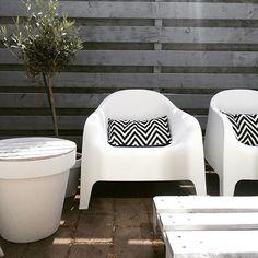 Gister de schutting grijs gebeitst, oh t is zo mooi geworden. Nu valt wel extra de lelijke bestrating op. Gister gevonden dat je die kunt verven, misschien dat maar doen als tijdelijke low budget oplossing#pallettafel #ikeanederland #kwantum_nederland #kwantum #tuin #buiten #garden #kijkjeindetuin