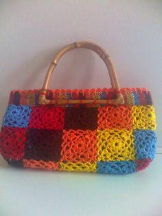 Bolsas confeccionadas em tecido de tear manual, com aplicação de crochet e aro de bambu. Tamanho: Pequeno. Caso deseje algum modelo diferente dos expostos, contactar-nos por email. *Dimensões aproximadas.