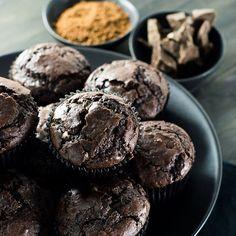 Que tal esses muffins de chocolate com cacau e açúcar mascavo? Arrasta a foto pro lado pra ver como ficam fofinhos e molhadinhos! A receita está lá no malasepanelas.com Acessa pelo link clicável aqui no perfil. #bolodechocolate #receita