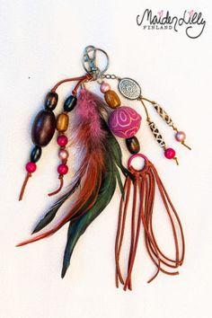 Boheemit laukkukorut ateljeen aarteista Höyheniä ja helmiä. Kierrätyskorujen kauneimpia osia. Nahkahapsuja ja vahanauhaa. Klipsillä Rakkaimman laukun koristeeksi. Jokainen laukkukoru on yksilöllinen koristeiltaan ja väreiltään. Ihana piristys Itselle tai Lahjaksi! Finland, Belly Button Rings, Jewelry, Art, Art Background, Jewlery, Jewerly, Schmuck, Kunst