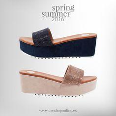 ¿Quieres deslumbrar más que nunca este verano? Entonces, combina unas sandalias brillantes de plataforma, con unos jeans cortos desgastados y una camisa blanca.