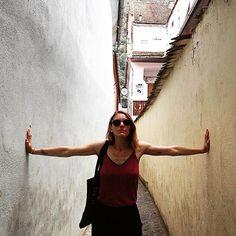 Dans la plus petite rue roumaine, à #Brasov, la ville la plus chouchou de #Roumanie ! #Transylvania #Travel @ohunmarin