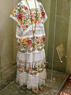 I was just in Merida and the surrounding areas of the Yucatan. Such beautiful garments Mexican Costume, Mexican Outfit, Mexican Dresses, Folk Costume, Costumes, Mexican Clothing, Traditional Mexican Dress, Traditional Dresses, Mexican Folk Art