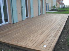 terrasse en afrormosia avec integration de spots LED - Pctr UP Outdoor Decor, Pool Decor, Deck Designs Backyard, Patio Design, Wood Deck, Wood Deck Boards, Modern Garden, Backyard Living