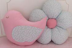 Almofadas Lindas e Personalizadas em formato de passarinho e também de flor Margarida .      Este valor corresponde a almofada Birds ..  Ficam lindas para usar decoração no quarto sobre a cama , poltronas ou sofás ..    Tecido 100% algodão. Enchimento com lã de silicone antialérgicos.  Podem ser ... Pink Pillows, Cute Pillows, Baby Pillows, Baby Crafts, Diy And Crafts, Sewing Crafts, Sewing Projects, Pillow Crafts, Flower Pillow