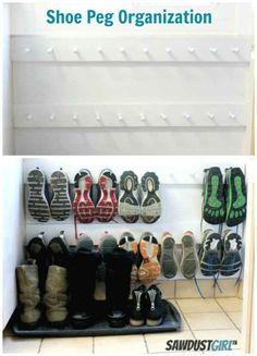 Ahorra espacio en el piso, colgando los zapatos en un perchero.