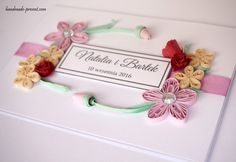 Ręcznie robiona kartka an ślub, spersonalizowana. Kartka wykonana w technice quilling. Ozdoby to kwiaty i wstążka satynowa.