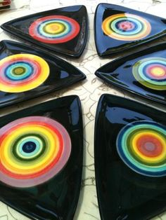 platos triang Pasta Piedra, Coasters, Pottery, Glass, Crafts, Craft Ideas, Cheese, Dishes, Bow Braid