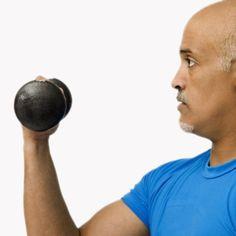 Causas de la pérdida de la masa muscular en el hombre:        Disminución de la testosterona durante la andropausia: Hay una relación entre la disminución de testosterona y la de la masa muscular. La testosterona es muy importante para la fortaleza de los músculos.    Nutrición deficiente: Los músculos para crecer, necesitan proteínas y si la dieta es carente en ellas y rica en azúcares y grasas, el resultado será la pérdida de la masa muscular e incremento de la grasa