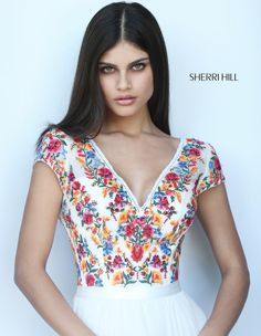 Sherri Hill dresses are designer gowns for television and film stars. Find out why her prom dresses and couture dresses are the choice of young Hollywood. Floral Prom Dresses, Sherri Hill Prom Dresses, Prom Dresses With Sleeves, Trendy Dresses, Simple Dresses, Dress Prom, Couture Dresses, Fashion Dresses, Mexican Fashion
