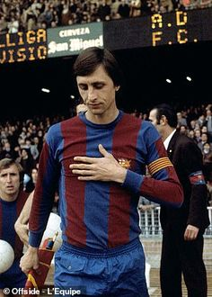 Dutch legend Johan Cruyff pictured during his playing days with Barcelona Legends Football, Football Icon, Football Kits, Spain Football, Barcelona Football, Fc Barcelona Wallpapers, Fc Barcelona Players, Moving To Barcelona, Garter