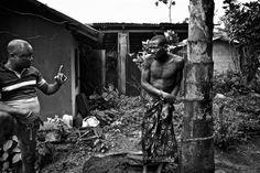 Psychisch Kranke im Niger-Delta werden von der Gesellschaft verstoßen. Zauberdoktoren wollen die Menschen durch Gebet heilen und legen sie dafür in Ketten.