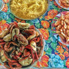 A beleza da mesa com caranguejos, farinha e camarões ao bafo na Maloca do Orlando