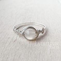 zilveren wire ring met witte maansteen