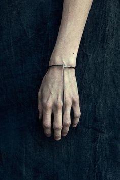 New jewerly bracelets gold minimal classic ideas Jewelry Art, Silver Jewelry, Jewelry Accessories, Fashion Accessories, Fashion Jewelry, Witch Jewelry, Jewelry Drawing, Hand Jewelry, Trendy Accessories