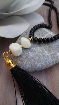 Collar borla larga con perlas de vidrio negro y piedras preciosas de jade. Collar blanco y negro. Collar de invierno. Collar de perlas de cristal.