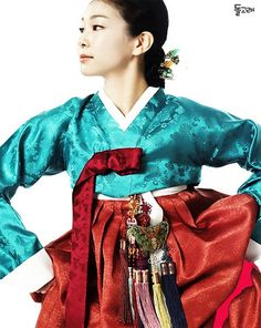 Figure skater Kim Yuna wearing the traditional Korean dress, Hanbok Korean Hanbok, Korean Dress, Korean Outfits, Korean Traditional Dress, Traditional Fashion, Traditional Dresses, Kim Yuna, Korean Design, Vogue Korea