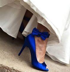 Zapatos azules cobalto complementando vestido de novia. #BodasAzul