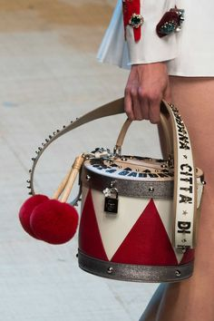 Dolce & Gabbana at Milan Fashion Week Spring 2017 - Details Runway Photos Novelty Bags, Spring Bags, Spring Summer, Dolce E Gabbana, Insulated Lunch Bags, Oui Oui, Brown Bags, Cute Bags, Luxury Bags