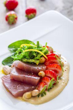 Duo de thon et fraises Gariguette en carpaccio, Wakame et houmous de pois chiche