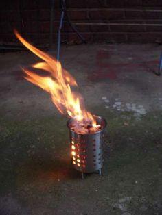 燃え尽きるまでの間、約15-20分間は燃え続けます。大きさの割に発熱も多く、また燃焼中の煙が少ない。炎が下がりながら燃える?ので、簡単に燃やし続けることができる。 もっと持ち運びやすくしたければ、脚部のボルトの締め付け用にウイングナット(蝶ねじ)を使用するのがお勧め。より満足を得るために、ボルトを受けるための穴をあけた鋼鉄製のプレートを用意し、ストーブの基台として使用することで、草地へのインパクトを減らせるし、安定感を得ることができる。 まだ石炭では試していないけど、たぶんうまく使えるんじゃないかな。ステンレスのほうが半永久的に使えるし、より薄いから。加えて、どこでももほんとに安く買えるし、とにかく余計な作業が不要だからね。 このストーブは料理用にほしかったのではなく、単に小さく燃える炎を得たかったというわけ。地面に直火じゃないから、多くの場所で長い時間、炎を燃やすことができる。また一方で、ストーブをボルトオンできるプレートを用意すれば安定感が増す