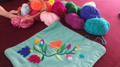 Flores para almohadón, bordadas por S.V.