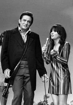 Johnny Cash may have been all country to the bone but loved all sorts of music and used his TV show as a vehicle to introduce some acts to his audience. Here with Linda Ronstadt. Johnny Und June, Johnny Cash June Carter, Linda Ronstadt, Country Music Stars, Country Music Singers, Samba, Johnny Cash Show, John Cash, The Ventures