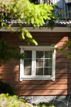 Tarvitseeko hirsitalosi uutta maalipintaa? Tikkurilan sivuilta löydät sopivat tuotteet kohteeseesi, joilla säilytät talosi arvon. #tikkurila #maalaustalkoot #mökki #ulkomaalaus #kesä #koti #hirsi #ruskea Rustic Elegance, Log Homes, Windows, Elegant, Country, House Ideas, Timber Homes, Classy, Chic