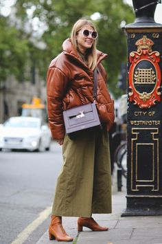 London Fashion Week Street Style Is All About The High-Low London Fashion Weeks, New York Fashion, Milan Fashion, Printemps Street Style, Spring Street Style, Street Style Women, Cool Street Fashion, Trendy Fashion, Korean Fashion