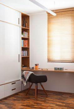 Cantinho do escritório integrado com o dormitório, sem quarto de escritório. Tacos de madeira e armário em casa com detalhe em cava em folha natural de  freijó.  #reformadeapartamento #INAarquitetura
