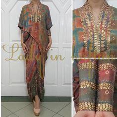 Interesting sleeve design Kaftan Batik, Batik Kebaya, Kebaya Dress, Dress Pesta, Blouse Batik, Batik Dress, Caftan Dress, Batik Fashion, Abaya Fashion