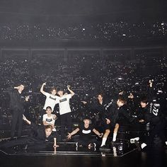 Exo Concert They are so extra ❤️ love them sm Chanyeol, Kyungsoo, Chen, Kpop, 5 Years With Exo, Exo Official, Exo Album, Exo Concert, Exo Lockscreen