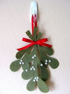 R--we could totally pull this one off!!! no more christmas artichoke!  Felt mistletoe
