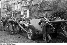 Manœuvre d'un 7,5 cm PaK 40 - 1943 Au XIX° on appelait ça une manœuvre à la bricole...