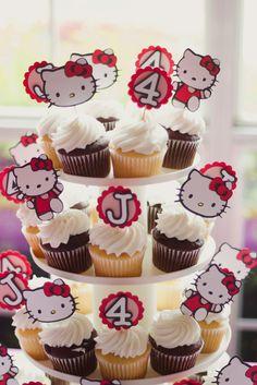 Cupcakes de fiesta Hello Kitty decorados con figuras de cartulina.