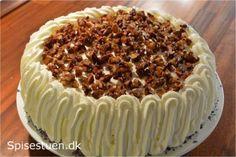 Efterårsagtig og skøn lagkage med fyld af grov æblemos og flødeskum vendt med makroner, lagt sammen mellem lækre og luftige bunde. Lidt flødeskum på toppen og drysset med honningristet nøddeknas af…
