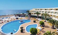 Hotel IBEROSTAR Lanzarote park is een 3-sterren hotel direct gelegen aan het strand. Het hotel is kindvriendelijk, biedt een uitstekende service en is al jaren geliefd op de Nederlandse markt!    In de tuin zijn maar liefst 4 zwembaden te vinden, dus verkoeling en waterpret voor iedereen. Het Flamingo-strand ligt op loopafstand (ca. 50 meter), dus volop keuze waar u van die lekkere Spaanse zon wilt genieten. Het bruizende centrum van Playa Blanca ligt op ca. 600m.    Officiële categorie ***