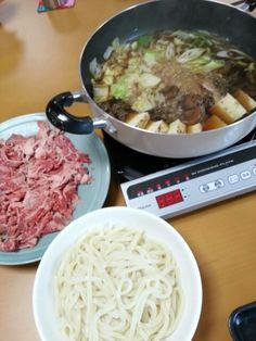 9月10日。牛肉のすき焼き、いなり寿司、ポテトサラダ、ほうれん草のごま和え、キウイです!カロリー579、たんぱく質20g、塩分3.1gでした♪
