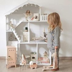 MAILEG Maileg huis vol met rabbit en bunny - Doll Houses Modern Dollhouse Furniture, Diy Barbie Furniture, Wooden Dollhouse, Diy Dollhouse, Dollhouse Miniature Tutorials, Baby Room Design, Baby Room Decor, Doll House Plans, Kids Doll House
