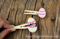 Really easy Easter Crafts to celebrate spring this year! There are tons of different types including Easter home decor, Easter crafts for kids and more! Homemade Crafts, Easy Diy Crafts, Easter Crafts For Kids, Diy For Kids, Easter Ideas, Clothespin Cross, Clothes Pin Wreath, Diy Ostern, Felt Baby