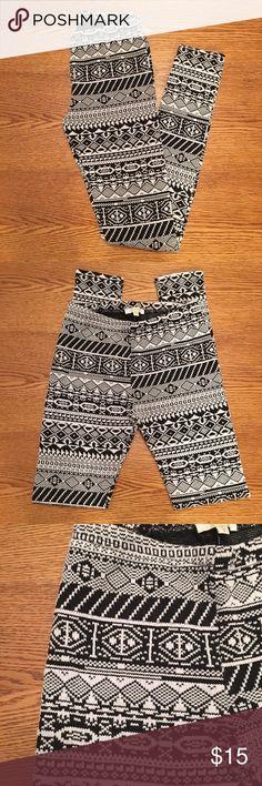 Black & White Aztec Print Leggings Black & white Aztec print leggings. Very comfy! Worn once. Pants Leggings