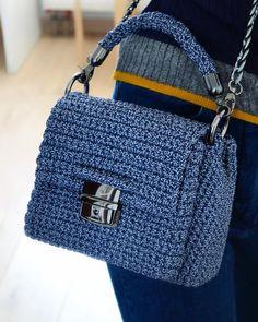 """ТАПОЧКИ • СУМКИ • ДЕКОР on Instagram: """"#Handbag from the previous video 🌺 ⠀ Вот так смотрится сумка с предыдущего видео 😉 ⠀ 🌱 Цвет «серый+синий» 🌱 Сделана из шнура (полиэстер) 🌱…"""" Crochet Purse Patterns, Crochet Clutch, Crochet Handbags, Crochet Purses, Crochet Stitches, Knit Crochet, Clutch Bag, Tote Bag, Handmade Bags"""