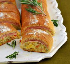Pizzarolle mit QimiQ - für das ausführliche Rezept auf das Bild klicken! Strudel, Fresh Rolls, Sausage, Appetizers, Snacks, Meat, Ethnic Recipes, Party, Oven