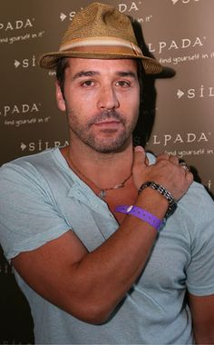 Jeremy Piven....cute in an asshole kind of way...