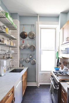 เพือนๆiHome108วันนี้เรานำเสนอไอเดียการออกแบบห้องครัว สำหรับบ้านหรือคอนโดที่มีพื้นที่ในการมีพื้นที่ทำครัวในพื้นที่จำกัด แบบห้องครัวขนาดเล็กและแคบในเวลาเดียวกัน การออกแบบใช้สีเลือกตกแต่งจัดวางให้เหมาะสมกับการใช้งาน และการออกแบบจัดระเบียบข้าวของเครื่องใช้ให้ลงตัวในพื้นที่ ที่จำกัด ไอเดียห้องครัวขนาดเล็กและแคบก็สามารถทำอาหารได้ ที่ออกแบบมาไม่ให้อึดอัด และการใช้งานได้จริงๆแนวทางที่จะช่วยให้ห้องครัวแคบๆดูกว้างขึ้นได้ โดยการใช้สีอ่อนๆ เช่นสีขาว สีครีม ผสมผสานกับวัสดุอื่นๆ เช่นวอลเปเปอิร์ อิฐ…