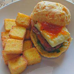 Pão de queijo com linguiça temperada queijo canastra grelhado geleia de pimenta e rúcula acompanhado de cubos de polenta frita. by vitorxandrade