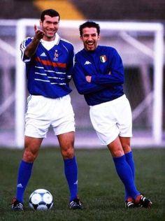 Zinedine Zidane (popularly known in French as Zizou) and Alessandro del Piero, Italian football player. Football 2018, Football Icon, Best Football Players, Good Soccer Players, Football Is Life, Retro Football, World Football, Vintage Football, Sport Football