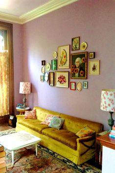 Interior wie bei Oma: 7 Einrichtungshacks für die gemütlichste Stube #refinery29  http://www.refinery29.de/oma-style-interior#slide-5  Auch Lila ist oft erst in hohem Alter eine akzeptierte Farbe fürs Interieur. Lavendel, Flieder, sattes Violett – das sind die Nuancen, die du dir erst einmal vornehmen kannst, um den Raum etwas weicher zu gestalten, ohne gleich schwermütiger zu wirken. Der abgebildete Raum klingt extra Punkte für die Hängung und die symmetrisch aufgestellten Beistelltische…