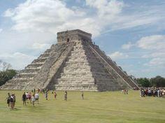"""Chichén Itzà  la pyramide de Kukulkán """"nom Maya équivalent du Quetzalcóatl Aztèque """"Ses   quatre escaliers de 91 marches font un total de 364 marches, ce qui, avec la   plate-forme du hautdonne 365 marches qui correspondent au calendrier Solaire."""
